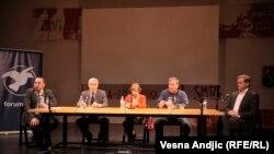 Učesnici tribine: moderator Dragan Popović (prvi sleva), Oliver Ivanović, Vesna Pešić, Dejan Anastasijević, Borislav Stefanović