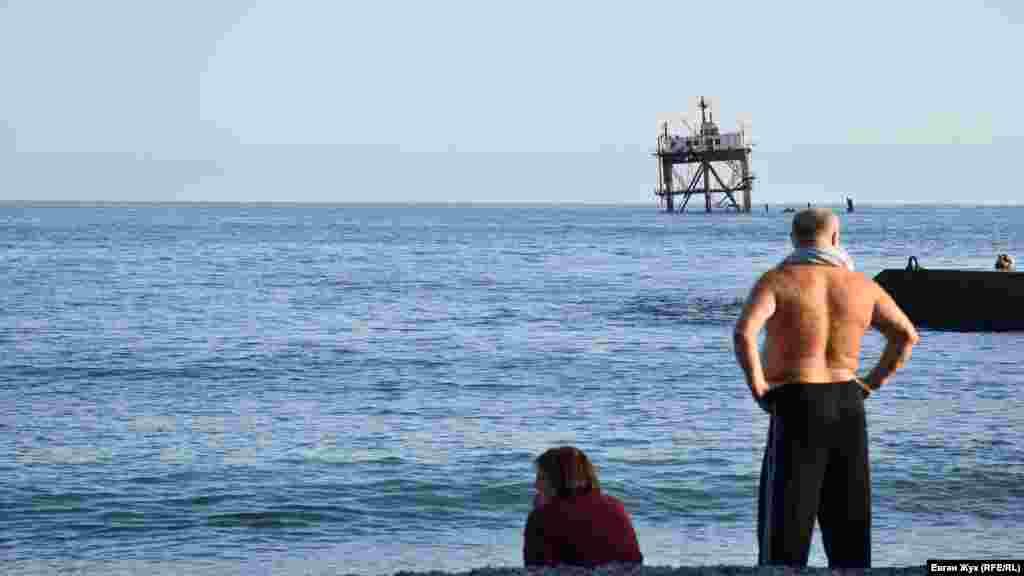 Сьогодні в селищі Голуба Затока майже немає відпочивальників – сезон купань у Чорному морі добігає кінця, хоча вода все ще залишається теплою