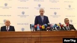 Исполнительный секретарь партии «Новый Азербайджан» Али Ахмедов (в центре) на пресс-конференции в Баку. 28 ноября 2019 года.