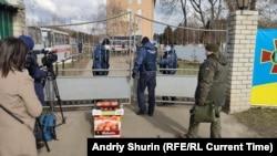 Переселенці з Донбасу принесли фрукти для евакуйованих з Китаю