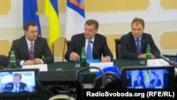 Прем'єр-міністр Молдови Влад Філат (ліворуч), президент невизнаної Придністровської Республіки Євген Шевчук (праворуч) та міністр закордонних справ України Костянтин Грищенко, Одеса, 27 січня 2012 року