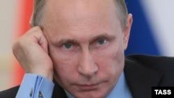 Ресей президенті Владимир Путин үкімет мәжілісін өткізіп отыр. Ново-Огарево, 25 маусым 2014 жыл.