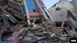 Рятувальники біля зруйнованого землетрусом будинку, Катманду, 12 травня 2015 року
