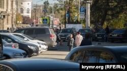Припаркованные машины на улицах Симферополя