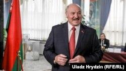 Лукашэнка адказвае на пытаньні журналістаў пасьля галасаваньня ў Менску, 17 лістапада
