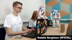 Studenţi şi roboţii Frank și Eva