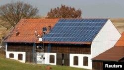 Германиядағы ауыл үйінің төбесіне орнатылған күн батареясы. 21 наурыз 2012 жыл.