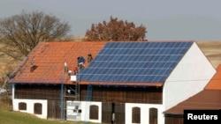 Монтаж солярных панелей на крыше фермы в районе немецкого города Ландсхут