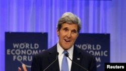 Госсекретарь США Джон Керри выступает на экономическом форуме в Давосе 24 января 2014 года