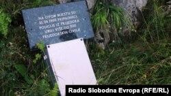 Spomen ploča na Korićanskim stijenama