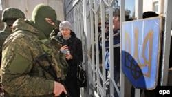Российские солдаты и местные жители у воинской части в Новоозерном
