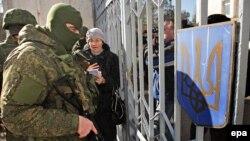 Крим, весна 2014 року, зелені чоловічки біля військової частини в Новоозерному