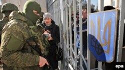 Архивное фото: «Зеленые человечки» блокируют украинские воинскую часть в Крыму, 2014 год