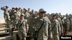 جنود أميركيون أثناء تسليم قاعدة عسكرية في بغداد - 2 تشرين الثاني 2007