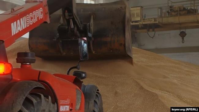 Зерно грузят на судно в порту