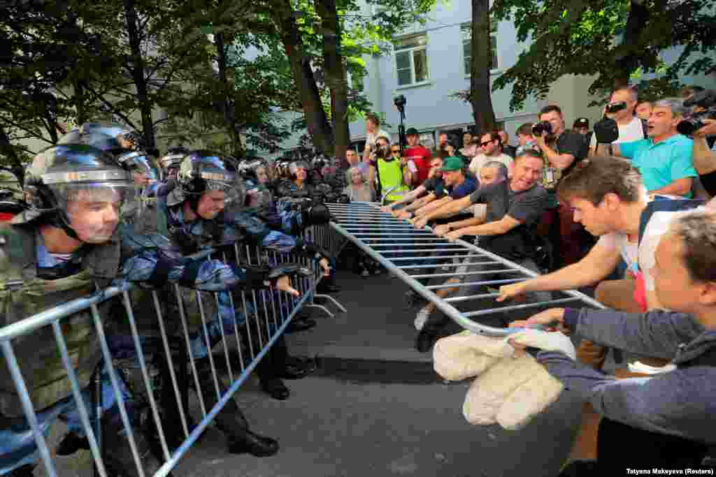 As the situation became increasingly fraught, protesters attempted to remove fences and barriers set up by police.