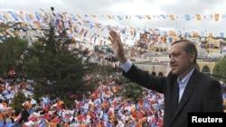 Թուրքիա - Վարչապետ Ռեջեփ Էրդողանը ողջունում է իր աջակիցներին նախընտրական հանդիպման ժամանակ, Քասթամոնու, մայիս, 2011թ.