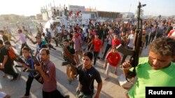 Добровольцы, вступившие в иракскую армию для борьбы с преимущественно суннитскими боевиками радикальной организации «Исламское государство Ирака и Леванта» (ИГИЛ). Багдад, 15 июня 2014 года.