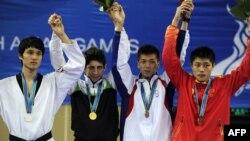 محمد باقری معتمد (نفر دوم از چپ) در ۶۸ کیلوگرم به مدال طلا رسید