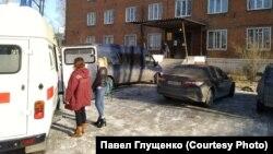 Машина скорой помощи у здания Следкома в Усолье