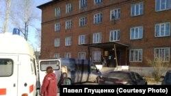 Машина скорой помощи у здания СК в Усолье