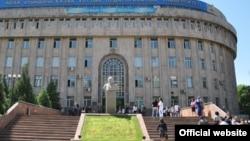 Учебный корпус Казахского национального педагогического университета имени Абая.