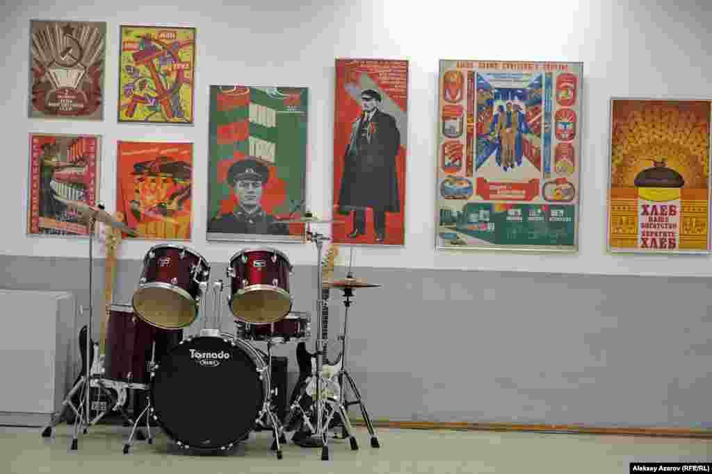 Плакаты на выставке – это мизерная доля плакатов, выпущенных загоды советской власти. По данным статистического сборника «Печать в СССР», только в 1985 году в СССР издали 11 481 плакат тиражом 348,3 миллиона экземпляров.