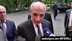 Bako Sahakian Yerevanda jurnalistlərlə danışır