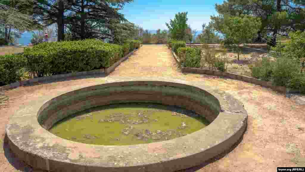 В некоторых парковых фонтанах вместо воды – зеленая жижа