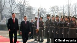 Premierul Vlad Filat primit cu toate onorurile de omologul său ceh Petr Necas (stânga)