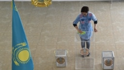Қазақстанда кезектен тыс президент сайлауы өтетін күннің қарсаңында сайлау учаскесін дауыс беруге дайындап жатқан адам. Кейін Батыс бақылаушылары осы сайлауда жаппай заң бұзу фактілері болғанын мәлімдеген. 8 маусым 2019 жыл.
