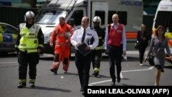 استورات کاندی فرمانده پلیس لندن (وسط) در مقابل برج گرنفل، صحنه آتشسوزی