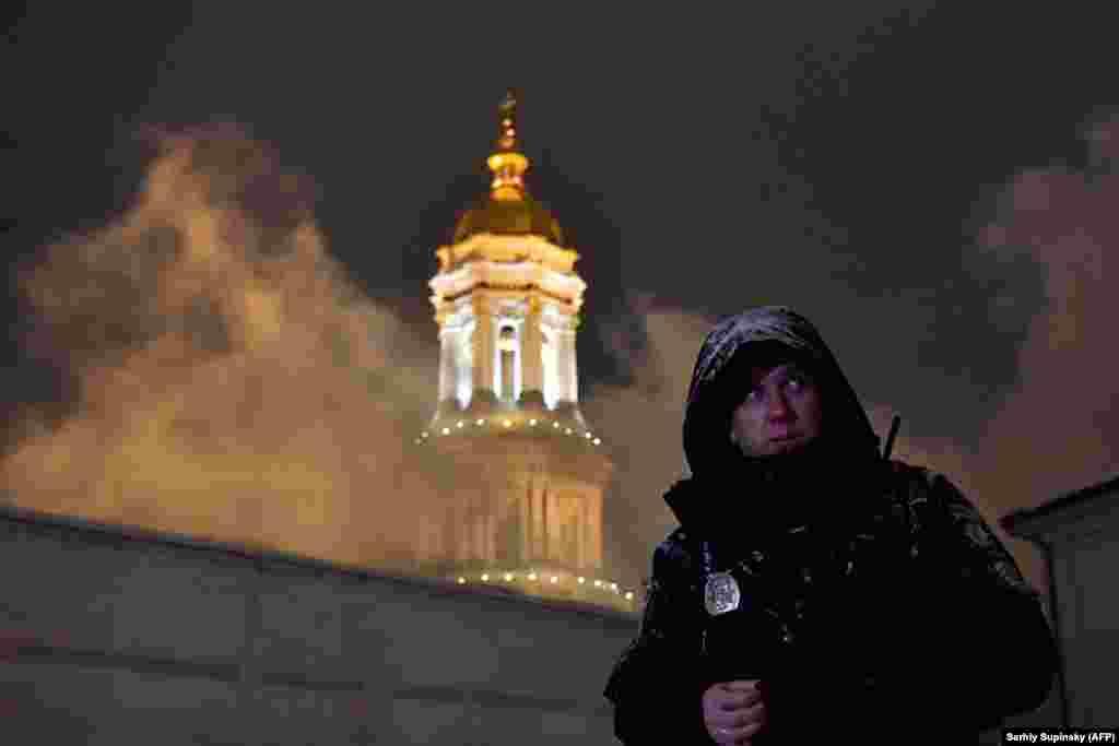 Өрт сөндірушілер Киевтегі тарихи ғимараттардың бірінен шыққан өртті сөндіруге тырысып жатыр. 14 қаңтар 2019 жыл