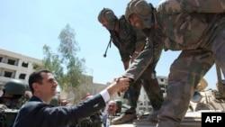 Presidenti Assad përshëndetet me ushtarët sirianë