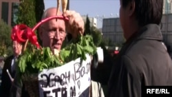 Лидер незарегистрированной партии «Алга» Владимир Козлов с корзиной хрена на акции протеста. Алматы, 14 октября 2009 года.