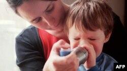 Një nënë e re përkujdeset për fëmijën e saj që vuan nga astma, Francë