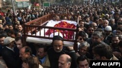 Pakistani mourners carry the coffin of lawyer and rights advocate Asma Jahangir during her funeral in Lahore on February 13.