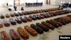 Гробы с телами жертв кораблекрушения. Сицилия, 5 октября 2013 года.