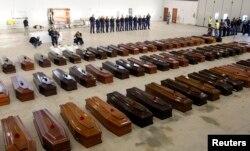 Гробы мигрантов, погибших при крушении судна у берегов Сицилии. Октябрь 2013 года