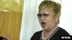 Свидетель Умит Шадирова дает показания в суде по делу о мошенничестве с квартирами. Актобе, 23 июня 2010 года.