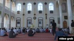 Мужчины в мечети в Таджикистане.