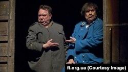 Богдан Бенюк і Анатолій Хостікоєв у спектаклі «Швейк» на сцені театру імені Франка