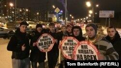 """Активисты движения """"СтопХам"""" позируют, держа в руках стикеры. Москва, 13 февраля 2015 года."""