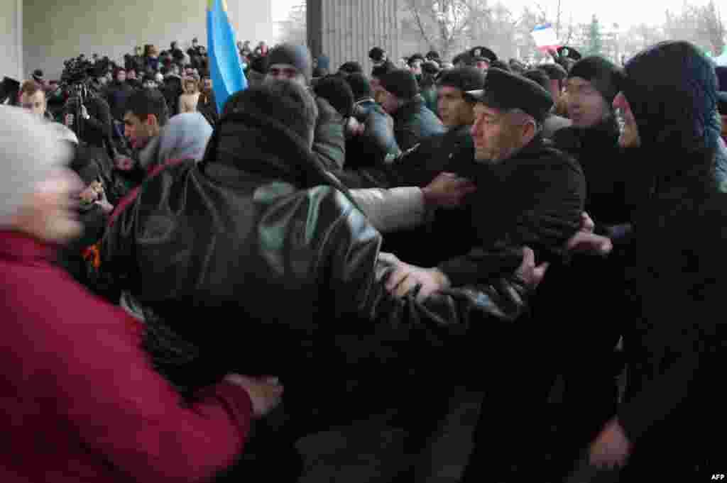 Украина тарафдарлары Русия тарафдарлары белән бәрелешә.