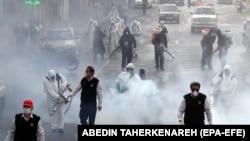 Pompierii iranieni dezinfectează străzile în Teheran, 13 martie 2020