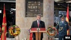 Претседателто Ѓорге Иванов пред споменикот на Ченто во Скопје за Илинден 2011.