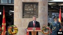 Description: Претседателто Ѓорге Иванов пред споменикот на Ченто во Скопје за Илинден во 2011.