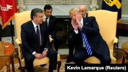 Президент Узбекистана Шавкат Мирзияев (cлева) на встрече с президентом США Дональдом Трампом в рамках своего первого официального визита в Соединенные Штаты. Белый дом, Вашингтон, 16 мая 2018 года.