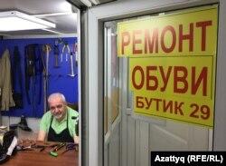 Вячеслав Тардужманян, занимающийся ремонтом обуви в одном из торговых домов. Нур-Султан, 5 мая 2020 года.