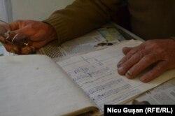 Caietul în care Boris Grama și-a notat zilnic, în ultimi trei ani, fiecare kilowat produs de panourile solare